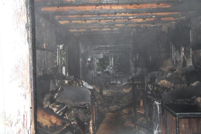 Aan de Wadenoijenlaan in Tiel is dinsdagmorgen vroeg een mobiele cabine in brand gevlogen.