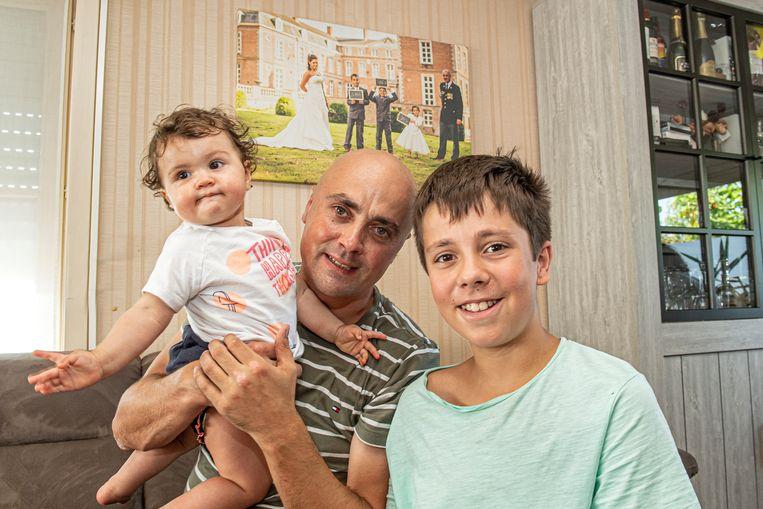 Lorenzo Bruyneel en kinderen Luan (12) en Lucia (bijna 1 jaar) met achter hen een trouwfoto met Stefanie.