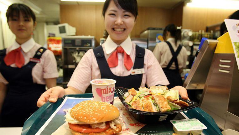 Een medewerker van een Japanse McDonald's Beeld afp