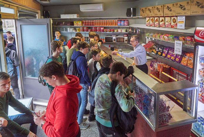 John (rechts) en José Hartogs (achter) tijdens een spitsuur in hun Snoepwinkeltje.