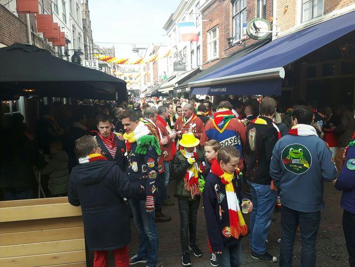 Drukte in de Korte Putstraat tijdens carnaval in 2016.