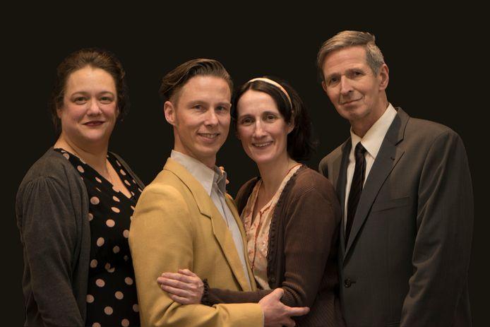 Van links naar rechts de hoofdrolspelers uit Helga Deen: Eva Emmen (als Hanneke Gerritsen), Joris Donders (als Kees van den Berg), Sabine Maes (als Helga Deen) en William van Dijk (als Willy Deen).