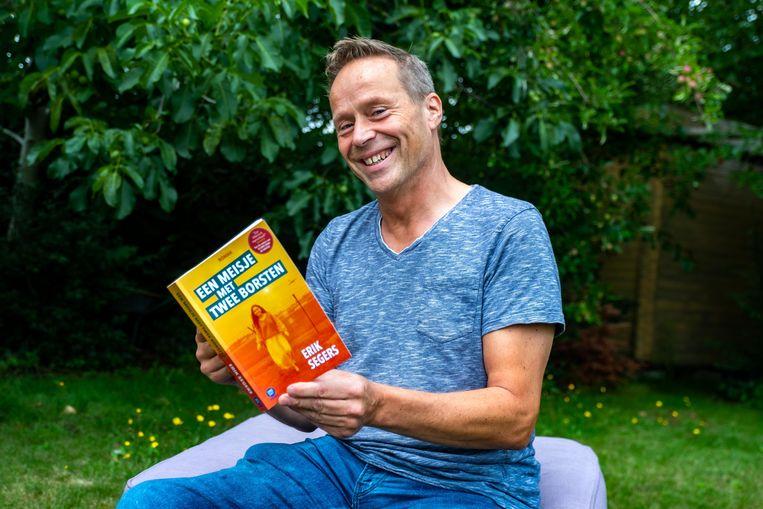 Auteur Erik Segers met zijn tweede boek, Een meisje met twee borsten.