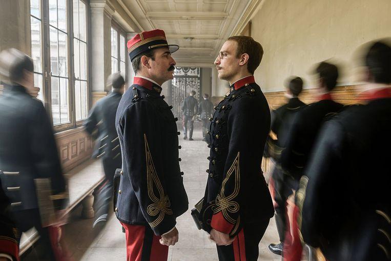 Georges Picquart (Jean Dujardin, links) staat in 'J'accuse' de onschuldig aangeklaagde Alfred Dreyfus (Louis Garrel) bij. Beeld