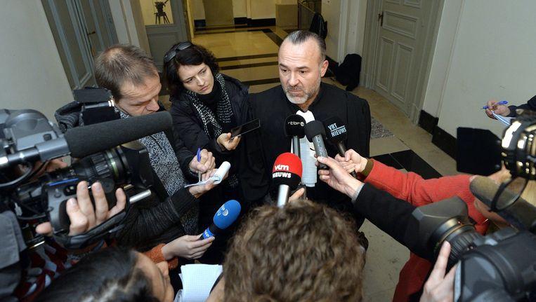 Olivier Martins, advocaat van O., praat met de media. Beeld afp