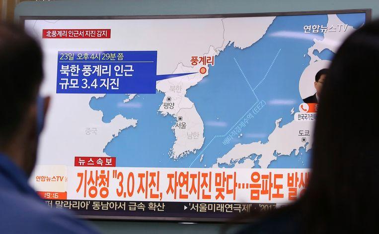 Zuid-Koreanen volgen het nieuws over een aardbeving in Noord-Korea op tv. Mogelijk werd die aardbeving veroorzaakt door een nucleaire test.