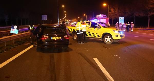 Auto weginspecteur aangereden in nasleep ongeluk op A2, verkeer negeert massaal rode kruizen.