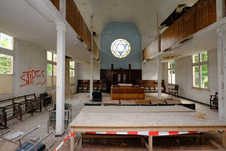Binnenin is de synagoge helemaal vervallen.
