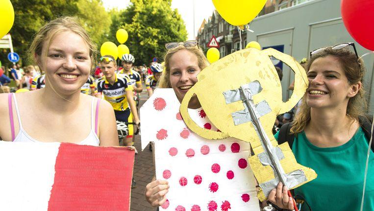De Franse driekleur, de bolletjestrui en de hoofdprijs tijdens de La Caravane d'Utrecht, een fietsende parade van het Wilhelminapark naar Plein Vredenburg. Beeld anp