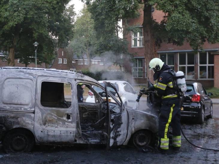 In de fik gestoken auto begint te rollen op parkeerplaats in Den Bosch