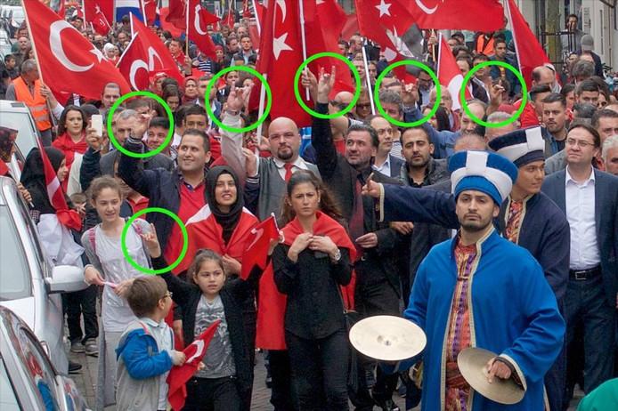 Foto van de Turkse optocht door Arnhem in 2016. Destijds ontstond veel ophef over het Grijze Wolven-gebaar dat deelnemers maakten.