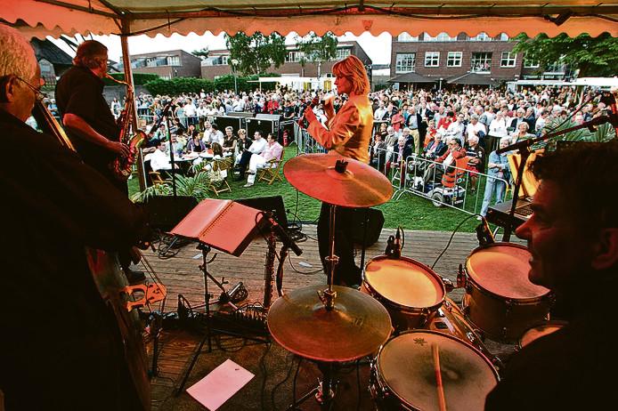 Een optreden in 2007 op het Molenplein in Mierlo. Toen nog op het oude podium.