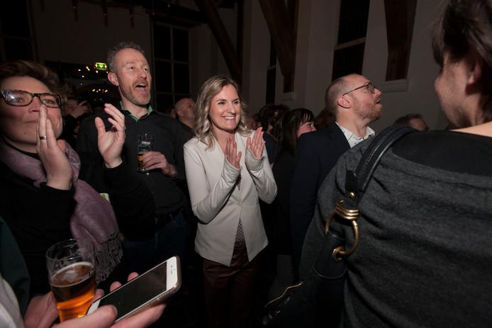 Liza Luesink (midden) is in een jubelstemming als ze tijdens de uitslagenavond van de gemeenteraadsverkiezing hoort dat haar partij GroenLinks de grote winnaar is in Zutphen.