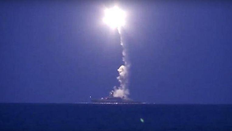Een Russisch marineschip in de Kaspische Zee lanceert een kruisraket.