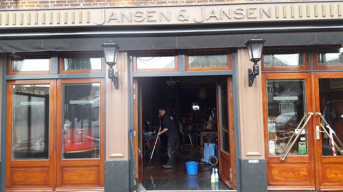 Een herstelbedrijf is begonnen met de schoonmaak van Jansen & Jansen in Schijndel.
