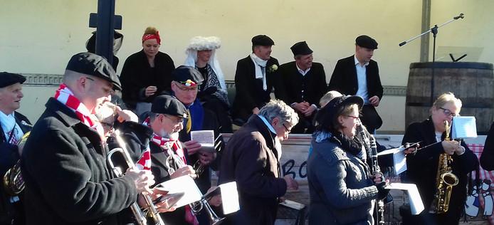 Boerenbruidspaar Ted Swinkels en Vera van den Boogaard en hun getuigen luisteren naar blaaskapel Wa'n Klank