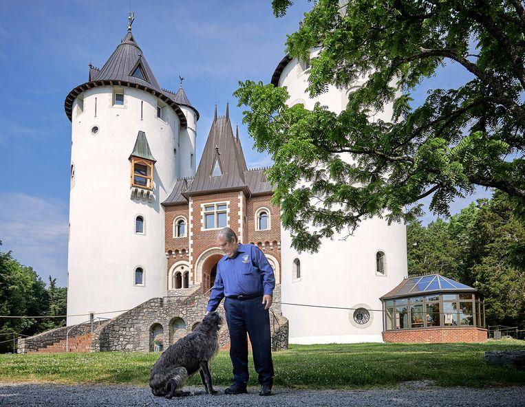 Mike Freeman met een van zijn honden, bij de oorspronkelijke voorzijde van zijn kasteel. Beeld Theo Stielstra