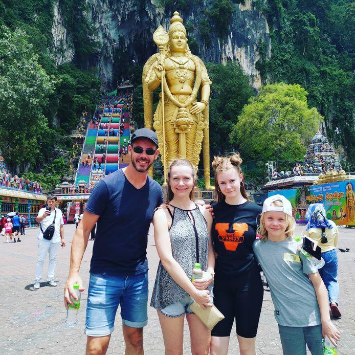 Dennis Bekking en zijn gezin in Maleisië.