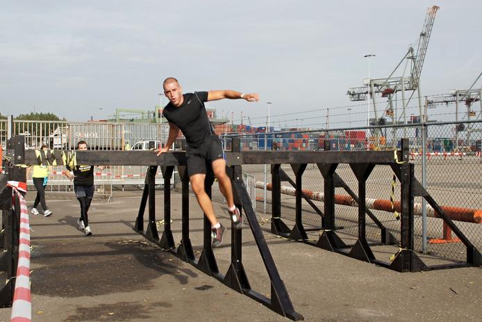 Klauteren over obstakels in de Rotterdamse haven.