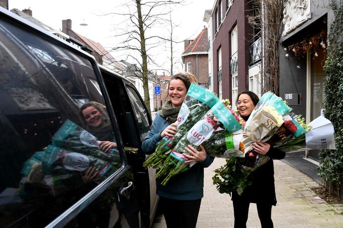 Tilburgse bloemisten waren vandaag op pad om overtollige bloemen naar zorgcentra te brengen. Sabine Wijsman van Daisy Lane en Anouk Pillot van BLOOM! Flowers en More (r) op weg om hun busje vol te laden.