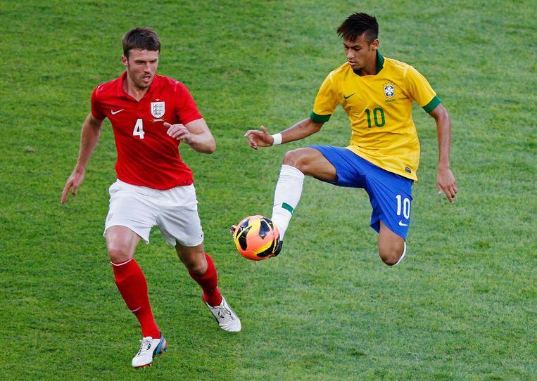 Carrick versus Neymar tijdens een oefeninterland tegen Brazilië in Rio in 2013.