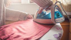 Nooit meer strijken! Expert onthult 8 handige hacks om je kleding makkelijk kreukvrij te maken