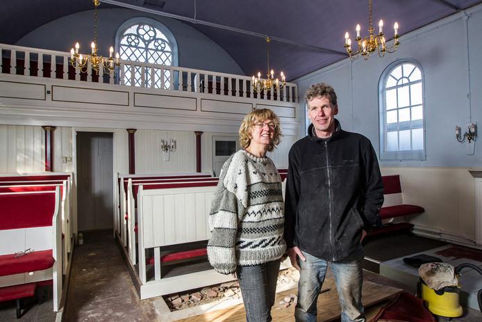 Guusta Zuurbier en Johan Jonker, de nieuwe eigenaren van de voormalige synagoge in Raalte.