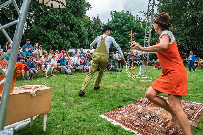 Optreden van Villa Verdraaid in het Valkrustpark tijdens Bruisend Ginneken.