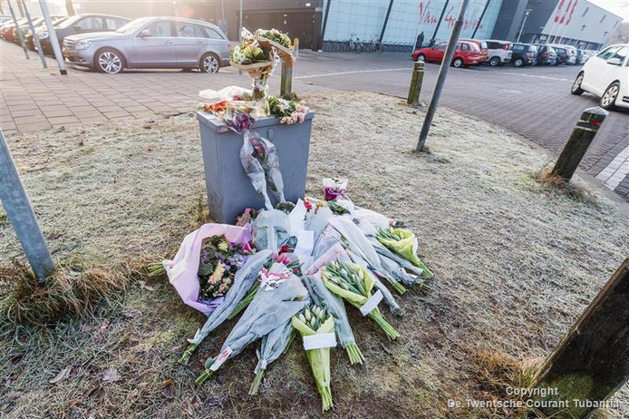 Bloemen op plek van dodelijk ongeluk in Almelo, bij de kruising Windmolenbroeksweg - Vincent van Goghplein