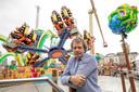 Hans van Tol bij zijn attractie op de kermis in Den Bosch. Nagegaan wordt of exploitanten een attractie in een van de 'kwartieren' willen plaatsen.