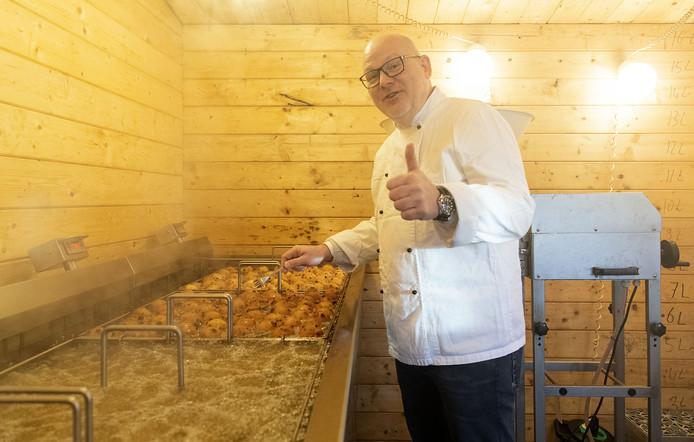 Alexander Mulder is de opperbakker van de oliebollenactie van de Lionsclub Enschede.