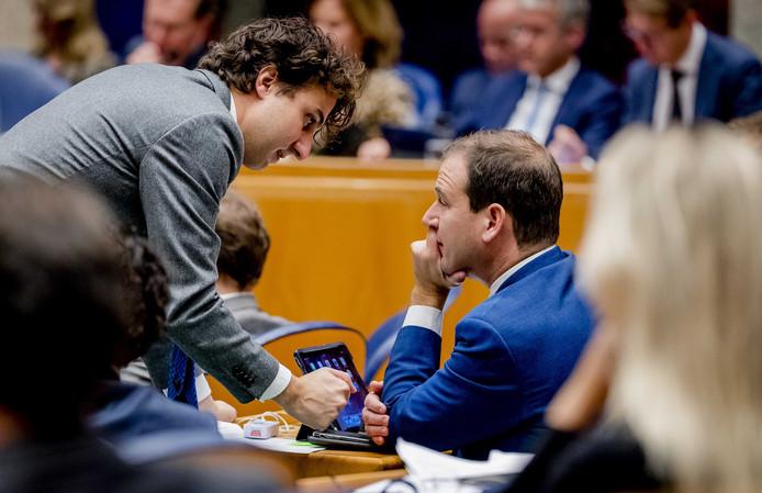 Jesse Klaver (GroenLinks) heeft een onderonsje met Lodewijk Asscher (PvdA)