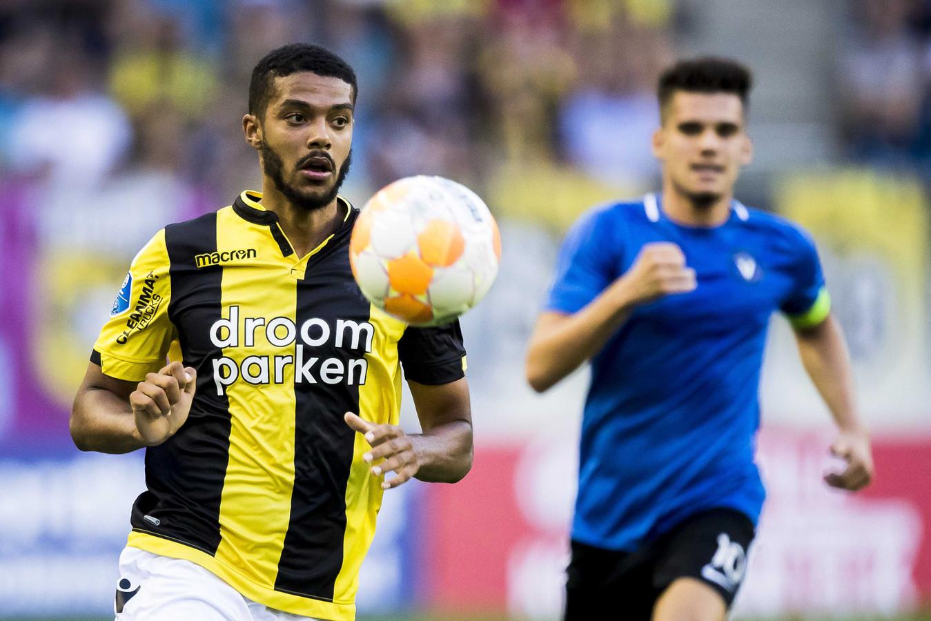 2018: FC Viitorul-middenvelder Ianis Hagi (rechts) heeft geen vat op Jake Clarke-Salter van Vitesse.
