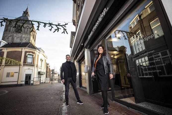 Suzan Reuvers en Alex Wächtler voor de nieuwe fotozaak aan de Deurningerstraat.