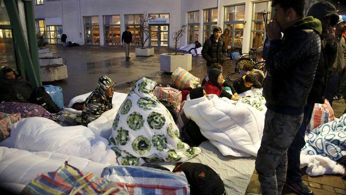 Migranten voor de ingang van een kantoor van het Zweedse Migratieagentschap in Malmo.