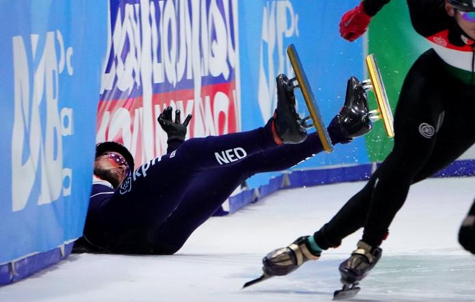 Daan Breeuwsma gaat onderuit tijdens de 1000 meter.