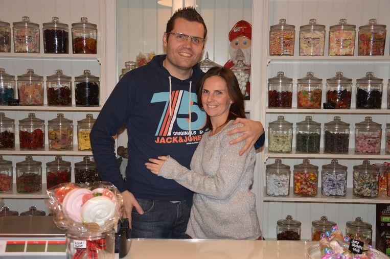 Jeroen en Kelly in hun winkeltje dat barst van de nostalgie.