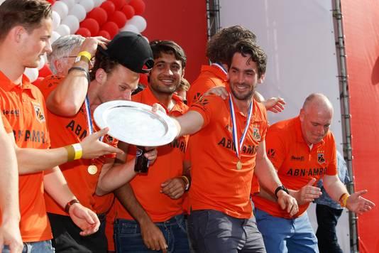 De spelers van Oranje Zwart tijdens de huldiging op het Stadhuisplein in Eindhoven
