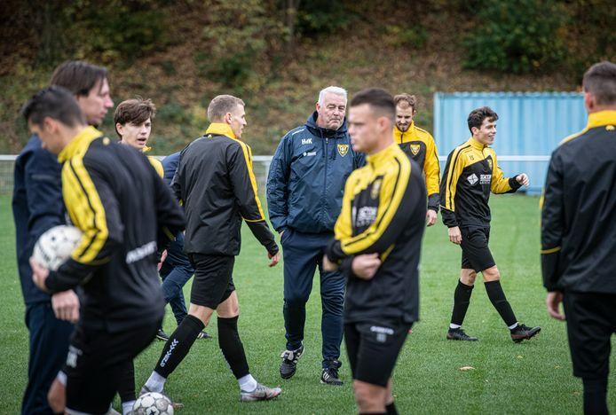 Trainer Hans de Koning houdt de moed erin bij VVV. ,,Zulke ervaringen maken je ook weer sterker.''
