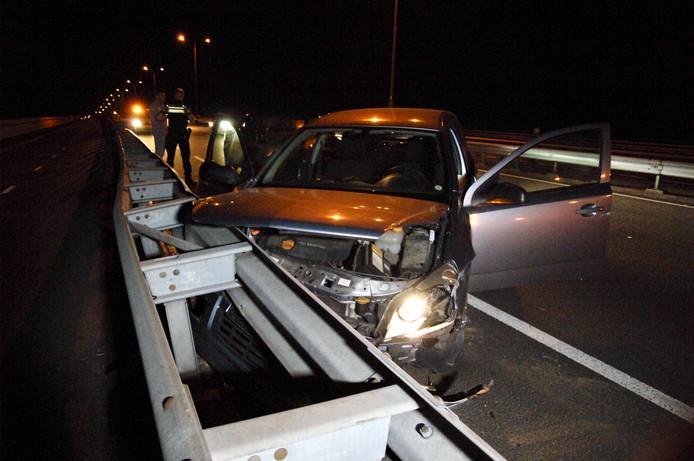 De zwaar beschadigde auto na het ongeval op de Pleijroute bij Huissen.