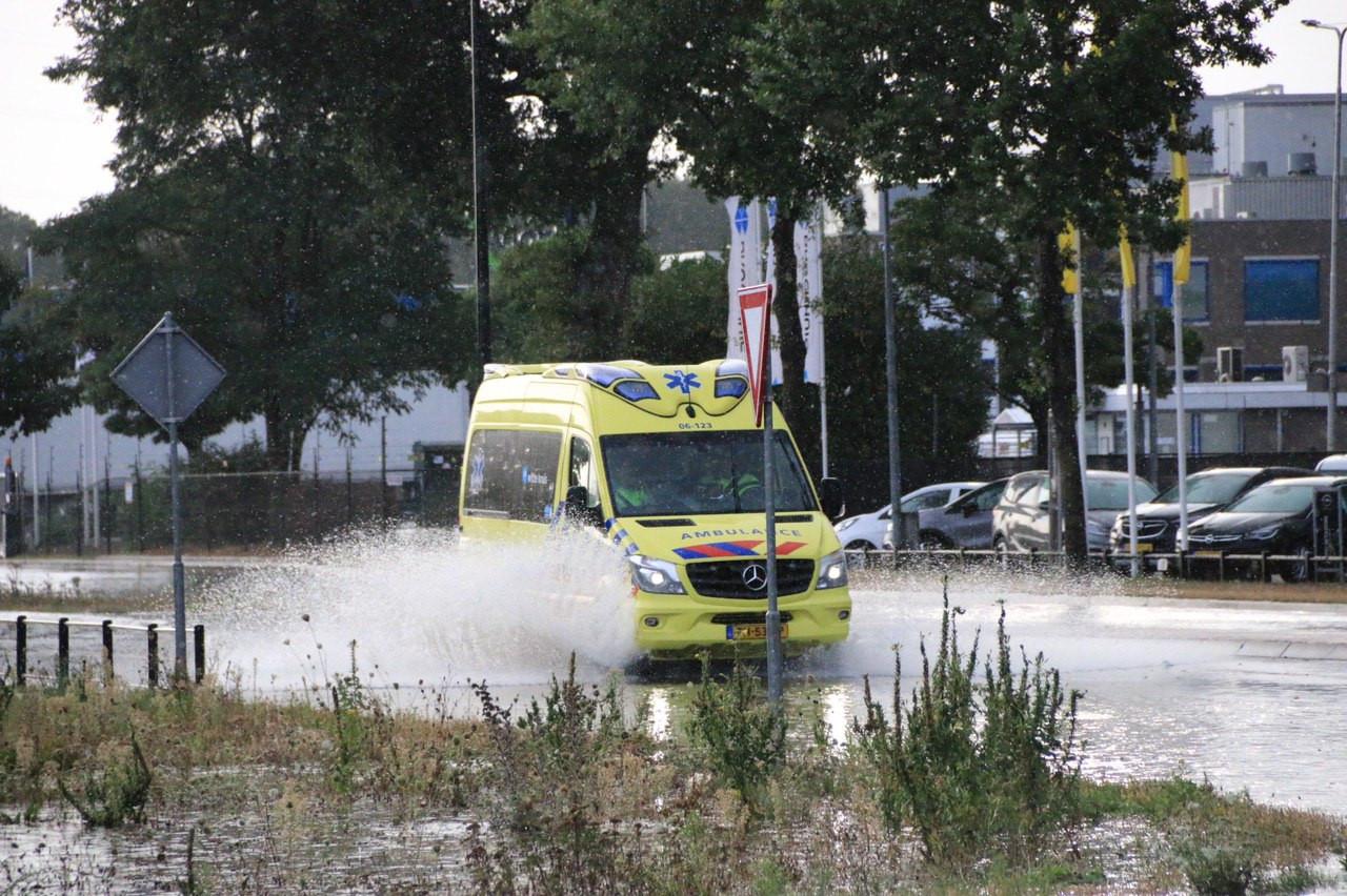 Aan de Laan van Malkenschoten kwam een putdeksel los. Een ambulance beveiligt de plek.