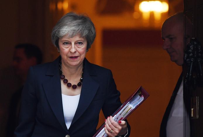 Theresa May onderweg naar het kabinetsberaad.