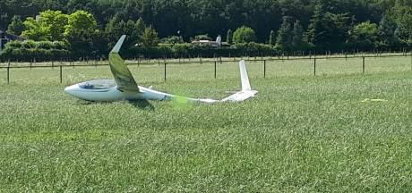Zweefvliegtuigje maakt noodlanding in weiland Elst