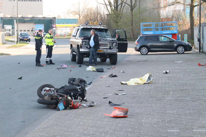 Scooterrijder zwaargewond na aanrijding met auto.