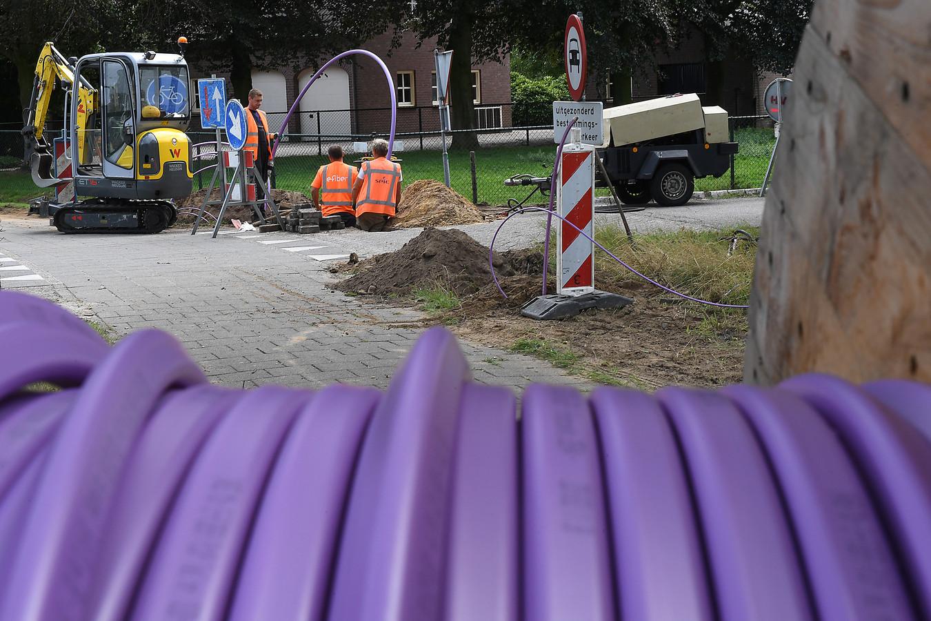 Glasvezelaanleg op de hoek van de Hoenderstraat en de Sint Anthonisweg in Ledeacker.