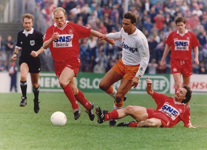 Frank Berghuis in 1993 in actie met Jan van Halst bij FC Twente. Jan Gaasbeek probeert hem van de bal te krijgen en Nico-Jan Hoogma kijkt toe.