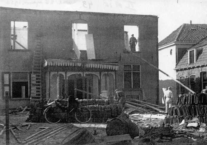 Het bombardement op zaterdag 24 maart 1945 kostte niet alleen 74 mensenlevens, maar richtte ook veel schade aan. Op de foto de achterkant van rijwielhandel Ten Duis aan de Grotestraat. Rechts het pand van ijzerhandel Koning.