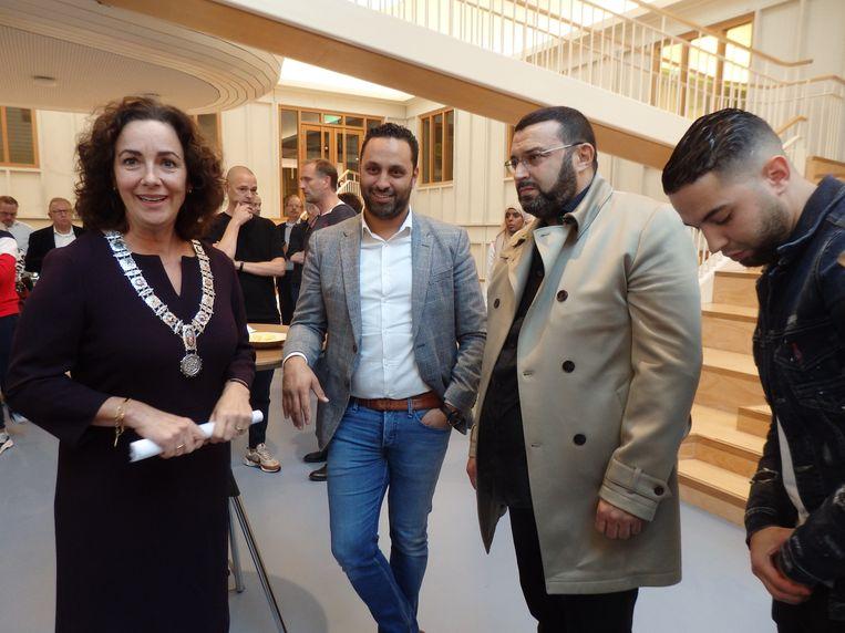Khalid Kasem (tweede van links) naast de Amsterdamse burgemeester Femke Halsema bij de presentatie van een boek over voetballer Nouri.  Rechts diens vader Mohammed en broer Mo. Beeld Hans van der Beek