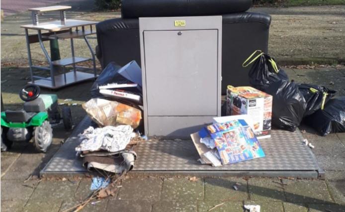 De politie stoort zich aan het zwerfafval, dat wordt achtergelaten bij ondergrondse containers in Dordrecht.