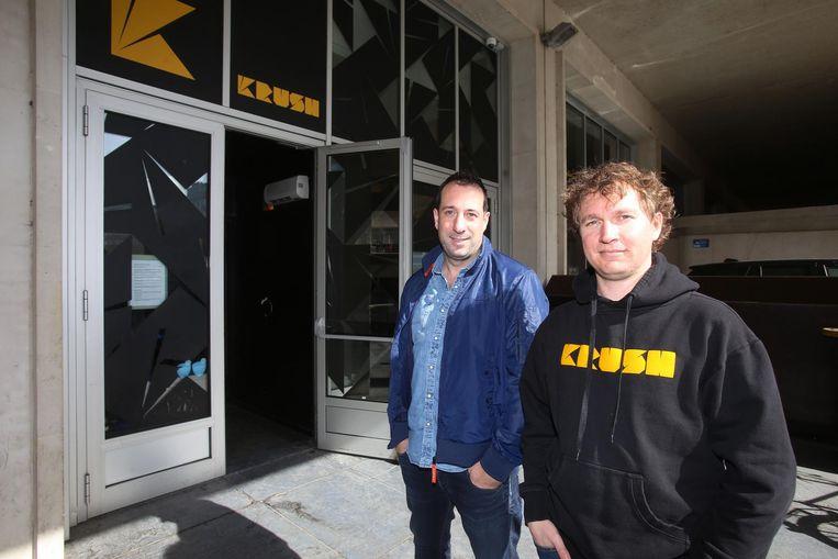 Kevin Beirens en Jan Mortelmans van Krush Club (links) geven de fakkel door aan Klaas De Coster, Laurens Van Henden en Pieter Temmerman van Flight 90 (rechts) .